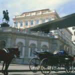 Albertina in Wien-1 Fiaker vor Albertina Eingang© Österreich Werbung - Diejun