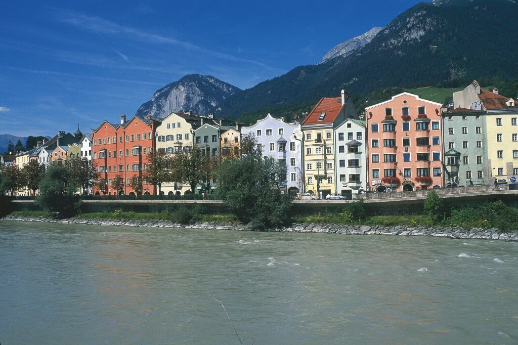 00000028666-innsbruck-houses-at-the-bank-of-the-inn-river-tyrol-oesterreich-werbung-Diejun