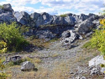 Hundsheim – nenáročná prechádzka k bývalému kameňolomu a pravekej jaskyni
